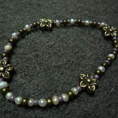 N°10 - bracelet élastiqué perles de nacre d'eau douce,perles de rocaille mauves nacrées et perles et fleurs métal bronze