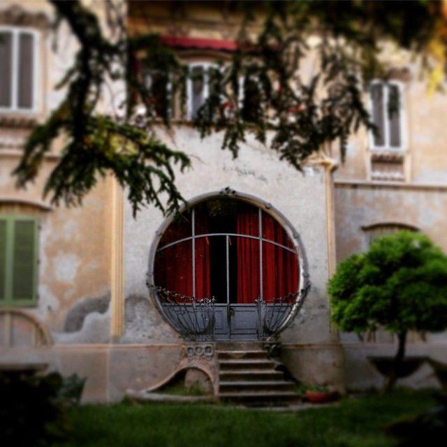 Ciao a tutti, ecco la mia prima foto: Villa Melchiorri in viale Cavour, bellissimo esempio di stile Liberty a Ferrara, realizzata nel 1900 da Augusto de Paoli. Magari aver partecipato alla festa di inaugurazione che sicuramente la famiglia avrà organizzato.... Foto di @paolaire #MyFerrara #comunediferrara #igersferrara #Ferraraitalia #Ferrara