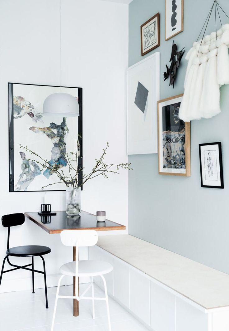 Væggene er malet med farven 'English Mist' fra Flügger og gulvet med farven 'Cumulus' fra Dyrup.