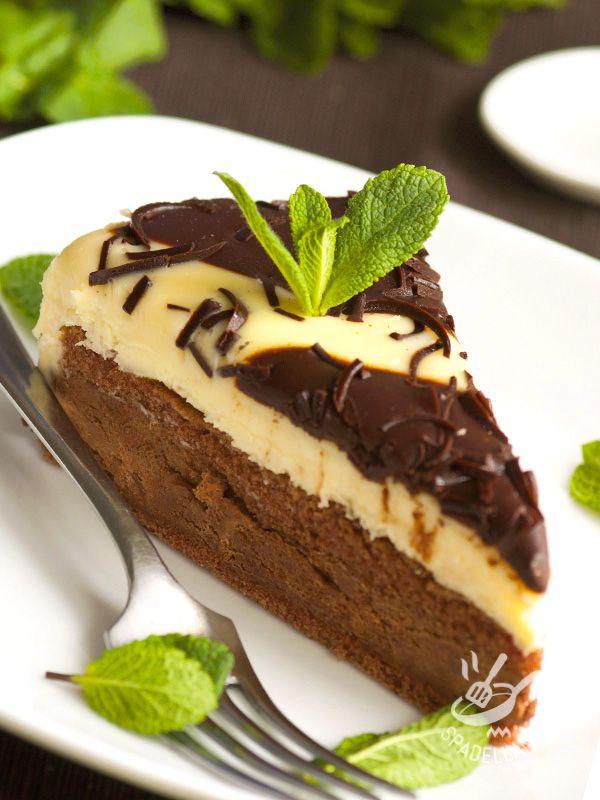 Pie two chocolates - Come resistere al dolce più buono che c'é? Cioccolato fondente e cioccolato bianco, uniti per creare un mix di sapore irresistibile. #tortaalleduecioccolate