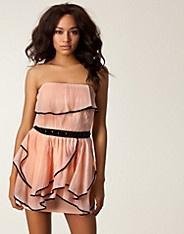 Ruffle Bandeau Dress - Aura Boutique - Roze - Feestjurken - Kleding - NELLY.COM