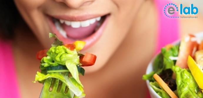 #Kansızlık hastalığı olan kişilerde #sağlıklı beslenmek de çok önemlidir. Çünkü #kalsiyum, #magnezyum, #potasyum ve B vitaminlerini gerektiği kadar alamayan kişilerde anemi de dahil olmak üzere pek çok #rahatsızlık ortaya çıkar.  Özellikle magnezyumun (magnezyum içeren gıdalar başta #kakao, #ıspanak, #marul, #dil balığı, #muz) faydası çok büyüktür..