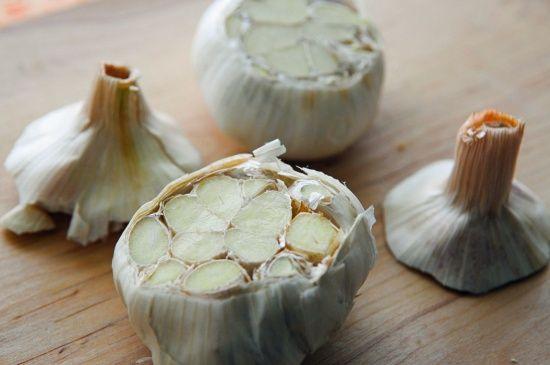 Bagte hvidløg er lette at lave, smager godt og er sunde og velegnede som tilbehør til oksekød og vildt.