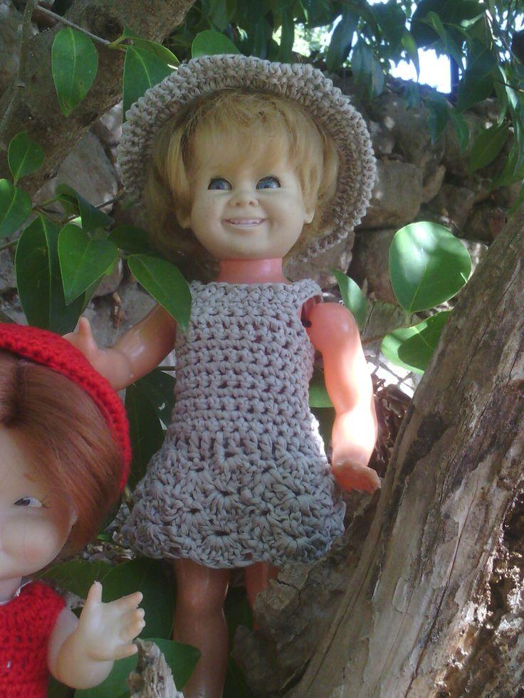 Nina/poupée de 28 cm. Vestit/robe: 132 robe et capeline au crochet. Del/du blog: les Poupettes de Bélisa.