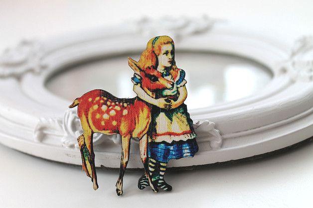 Jolie broche représentant #Alice et le faon du conte Alice au Pays des Merveilles. La broche mesure 6,5 cm de haut.  D'autres modèles sont disponibles dans ma boutique.  Tous mes articles sont...