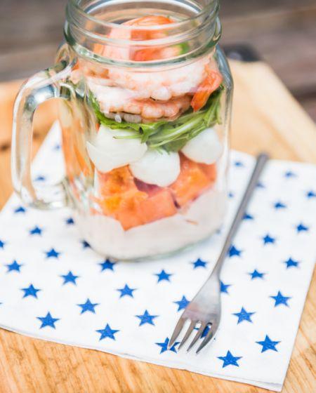 Salada no frasco de papaia e camarão
