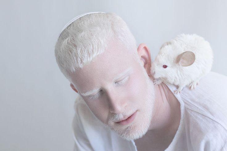 Yulia Taits, designer gráfico e fotógrafa de Israel, decidiu criar um projeto fotográfico para enaltecer a beleza hipnotizante e única de pessoas albinas, pois para a artista, o albinismo tem uma e…