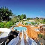 Manoir de Ker An Poul : Parc aquatique entièrement chauffé composé d'une piscine couverte, d'un grand bassin extérieur et de 3 toboggans aquatiques dans un bassin de réception.