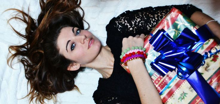 The Fashion Blogger Flora is wearing the colorful Pom Pom Bracelets by STL Made in Italy. Shop these fashionable bracelets at WWW.FINAEST.COM |#floradallevacche #stlmadeinitaly #finaest #fashion #christmas #giftidea #christmasgift #bracelets #accessory