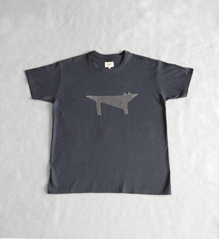 Темно-серая мужская футболка с волком. Ручная вышивка.