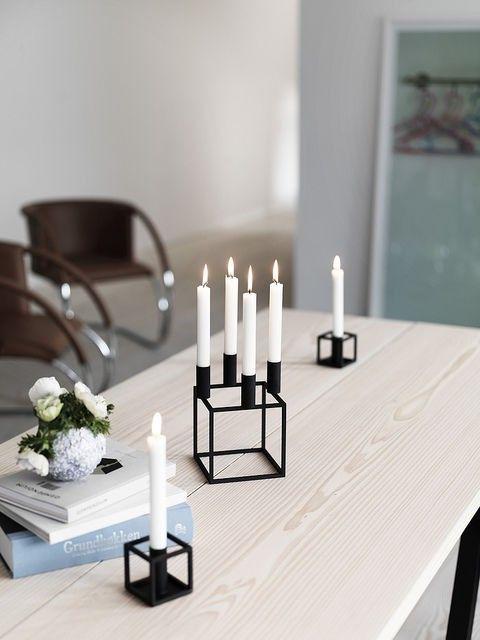 Kerzenhalter Kubus 4: Der Kubus 4 Kerzenhalter von by Lassen ist ein modernes Wohnaccessoire, mit Platz für vier Kerzen und ist ein dezenter Hingucker für Ihr Zuhause. Durch die Kombination aus der Leichtigkeit und Stabilität des Designs und der bewussten Reduzierung, entwarf der Architekt Mogens Lassen (1901-1987) mit diesem Konzept einen zeitlosen Klassiker. Der Kubus 4 Kerzenhalter ist in vier Farben erhältlich.