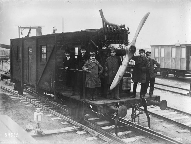 1920 - L'ingénieur Otto Stemitz (Sternitz ?) a fait un wagon ayant à l'avant et à l'arrière une hélice, 260 HP, vitesse 90 à 130 km/h, consommation des 2 moteurs 600 grammes de benzène par km. Photographie de presse / Agence Rol