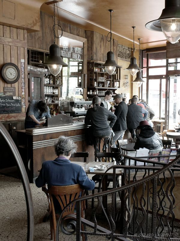 Paris : Café de la fourmi, rue des Martyrs, photo Gérard Laurent.                                                                                                                                                      Plus