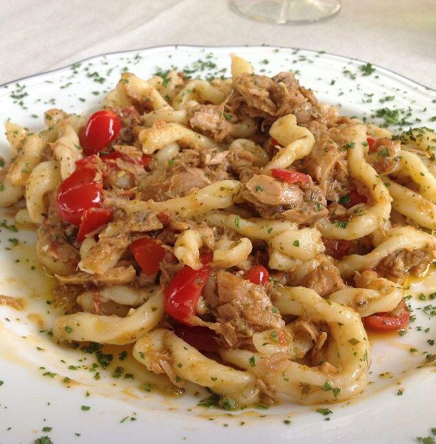 Busiate trapanesi al tonno e datterini di Sicilia (ottime anche con tocchetti di pesce spada, melanzane fritte e menta)