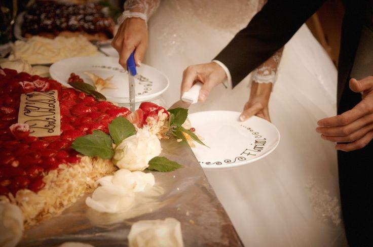 Hochzeitstorte anschneiden am Tatzlwurm #hurra #hochzeit #ehepaar www.tatzlwurm.de