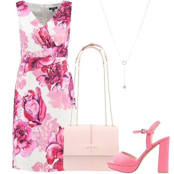 L'outfit è composto da un vestito estivo con scollo incrociato, una borsa a tracolla rosa in pelle, un paio di sandali rosa in fintapelle e da una collana.