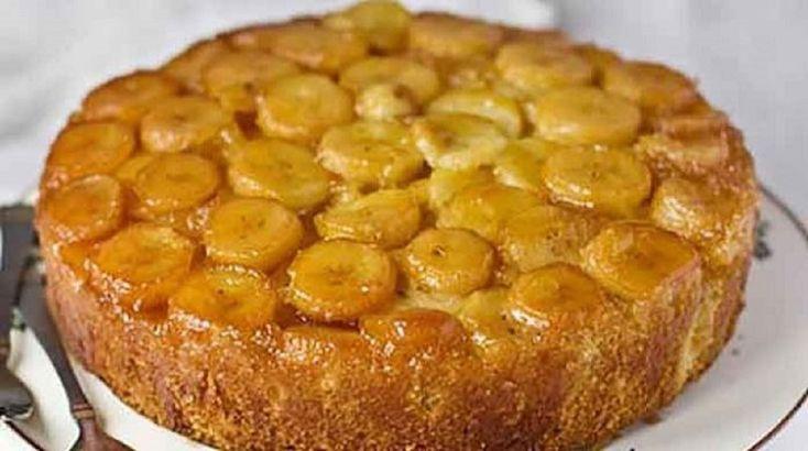 """Delicioasa Sharlotka cu banane vă va uimi prin aroma, textura pufoasă și umplutura sa nemaipomenită. Denumirea acestui desert provine din Anglia: una dintre versiuni spune că prăjitura a fost numită în cinstea regineiCharlotte, iar conform alteia, rădăcina cuvântului se află în """"Charly"""" (""""mâncare din ouă""""). Rețeta clasică presupune utilizarea merelor. Însă Sharlotka cu banane este mult mai gingașă, aerată și aromată. Servită cu ceai, ea pur și simplu se topește în gură, oferind o plăcere…"""