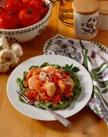 Феттучини с креветками в густом томатно-шафрановом соусе