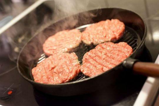 Püf noktaları ve pişirme tekniklerini takip edip, içi sulu bir hamburger köftesi ve karamelize soğanlı ev yapımı hamburger tarifi hazırlamak oldukça kolay.