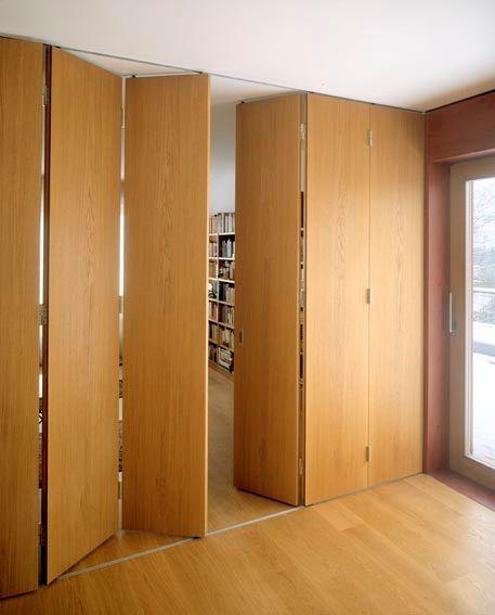 Si uno tiene que economizar el espacio, o quiere dividir un ambiente grande, cerrar una terraza o una galería o incluso instalar postigos de gran portes, encontrará en los sistemas de herrajes HAWA-Variofold 80/GV o 80/H como también en el HAWA-Centerfold 80/GV o 80/H el herraje idóneo.