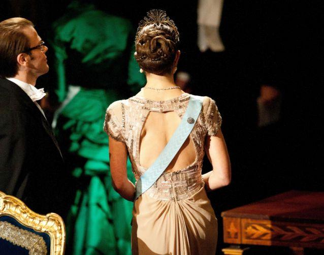 Kronprinsessan Victorias klänning bakifrån. Häftig håruppsättning! Nobel 2010.