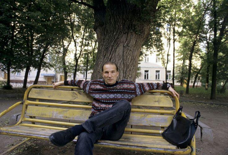 Бывший вокалист рок-группы «Звуки Му» Петр Мамонов в модном свитере, 1991 год.