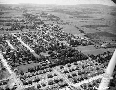 Vue aérienne de Saint-Sacrement en 1948. Le domaine apparait comme une enclave rurale en milieu urbain. On remarque le terrain vierge situé à la droite. Il sera cédé en 1951 à l'Hôpital Jeffery Hale afin de construire l'actuel établissement hospitalier. (Vue aérienne de la paroisse Saint-Sacrement, 1948, W. B. Edwards, AVQ, Fonds de W.B. Edwards inc., P012-N023768)
