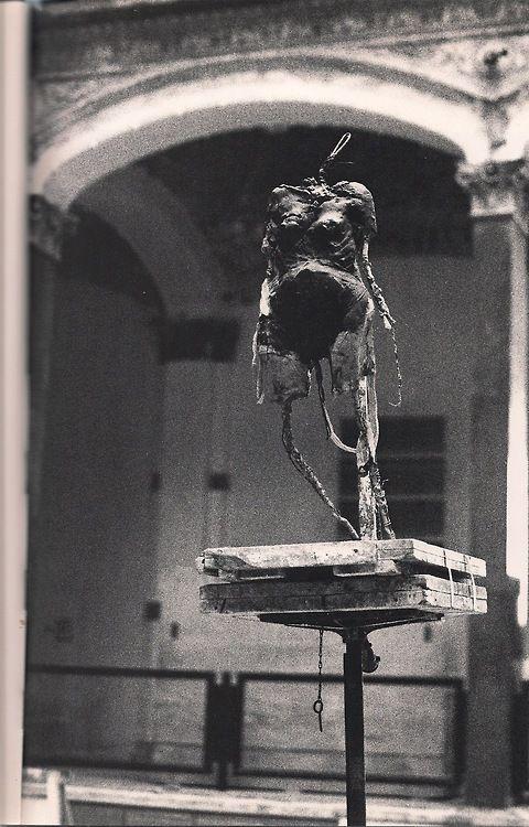 Joseph Beuys, Torso, 1949/51. Installation während der Zeitgeist-Ausstellung (1982-3) im Innenhof des Martin-Gropius-Bau, Berlin. Aus Joseph Beuys im Wilhelm-Lehmbruck-Museum, Duisburg.