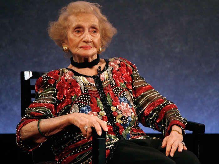 Ruth Gruber, periodista que ayudó a sobrevivientes del Holocausto, muere a los 105 años - http://diariojudio.com/noticias/ruth-gruber-periodista-que-ayudo-a-sobrevivientes-del-holocausto-muere-a-los-105-anos/221225/