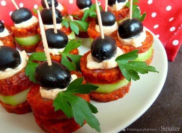 Koreczki z salami i ogórka.