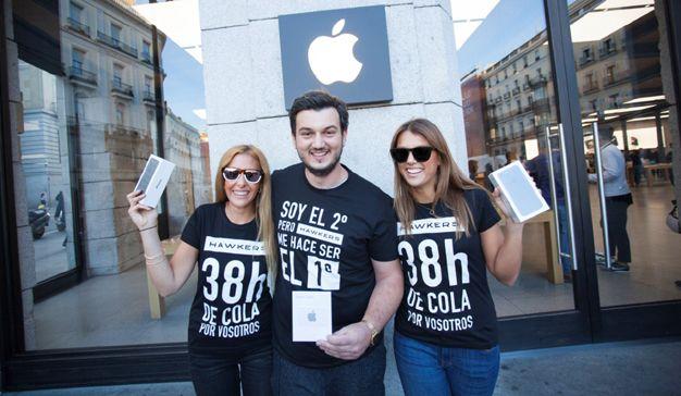 Hawkers se hace con el primer puesto de la cola en la tienda de Apple de Sol para conseguir el primer iPhone 7 y regalárselo al segundo de la cola.