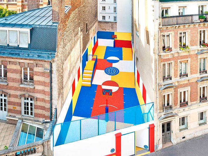 В Париже открылась баскетбольная площадка, оформленная в стиле картины Малевича