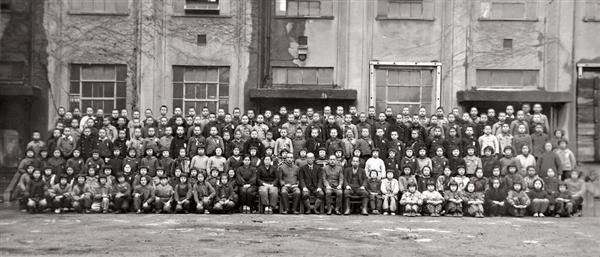 東京大空襲前日の昭和20年3月9日、数矢国民学校で撮影された卒業写真。この中の多くが犠牲となった (江東図書館提供)