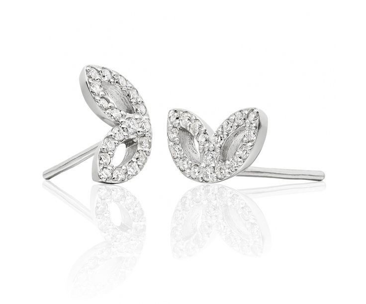 Beautiful leaves of 18 carat white gold and white diamonds sparkle with this pair of stunning earrings from our Lief Enchanted fine jewellery collection.