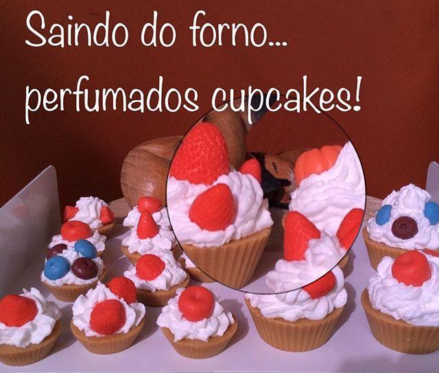 Cupcakes de frutas vermelhas!! Sabonetes superhidratantes. Uma ótima ideia para presentear no Natal... e já estamos aceitando encomendas para o fim de ano! #sabonetes #cupcake #saboaria #presentes #ideiasperfumadas #soap #saboneteartesanal #artesanal #hidratante #encomendas #natal #oficinadaespumasaboaria