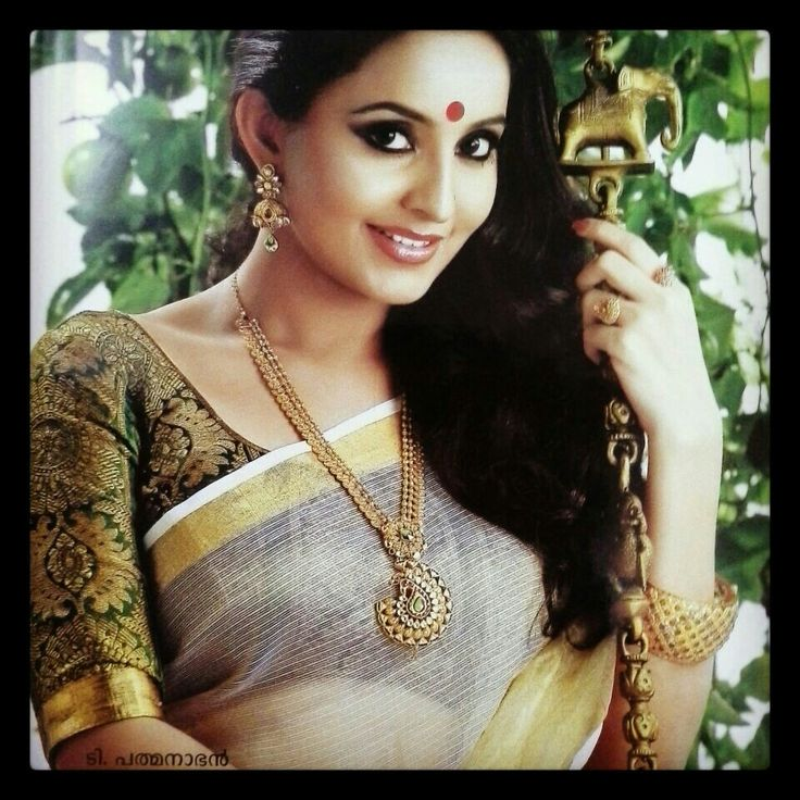 Gorgeous! The blouse..the kasavu saree..the gold jewellery! <3