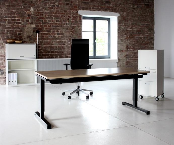 Het Aleo T bureau is een kwalitatief hoogwaardig bureau. De T achter Aleo staat voor het T-vormig onderstel onder de tafel. De hele serie Aleo is altijd standaard uitgevoerd met een horizontaal kabelkanaal. Een rank bureau met stabiliteit!  Kijk op www.officetopper.com voor meer informatie.