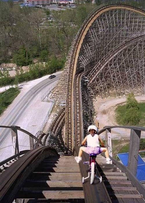 Fille sur un roller coaster