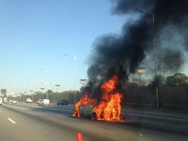 Umcarro pegou fogo às 12h desta quarta-feira (22) na Marginal Pinheiros, o carro era de um motorista que tinha acabado de comprar e estava levando para casa.O incidente ocorreu perto da Cidade Universitária, no sentido Interlagos.