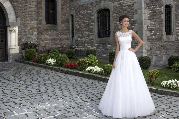 Nádherné svadobné šaty s jednoduchou širokou sukňou a krajkovaným vrškom