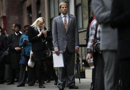 Jobless claims rise, but jobs market recovery intact (Photo:Job seekers stand in line to meet with prospective employers at a career fair in New York City, October 24, 2012. REUTERS-Mike Segar)