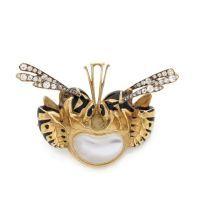 RENE LALIQUE Broche en or jaune (circa 1904-1906) soulignée démail noir figurant deux guêpes affrontées, les ailes dressées ornem...