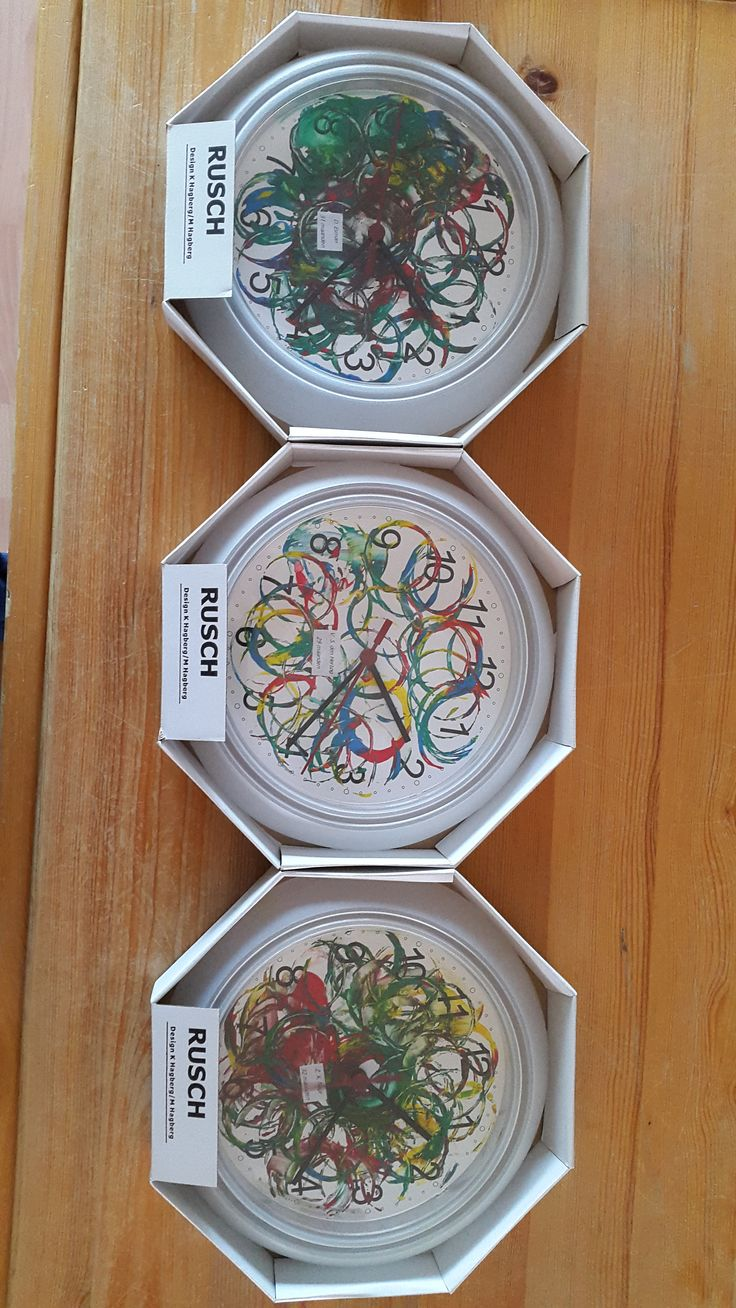 Bij Ikea kost de klok €1,29. Vervolgens met verf en wcrolletjes cirkels gemaakt. Kan ook leuk met foto's, maar vond ik de klok iets te klein voor.