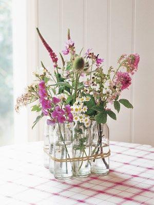 Vaser lavet ud af glas, med et lille bånd om - simpelt og fint. Borddeko - vaser - blomster