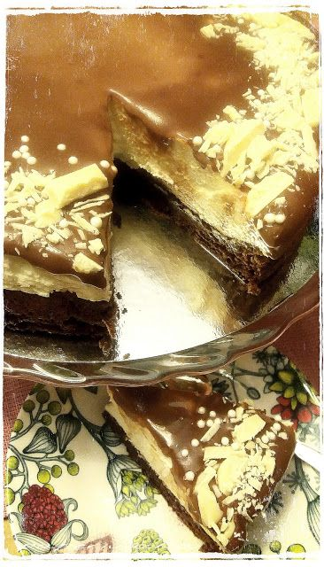 Valkosuklaakakku browniepohjalla