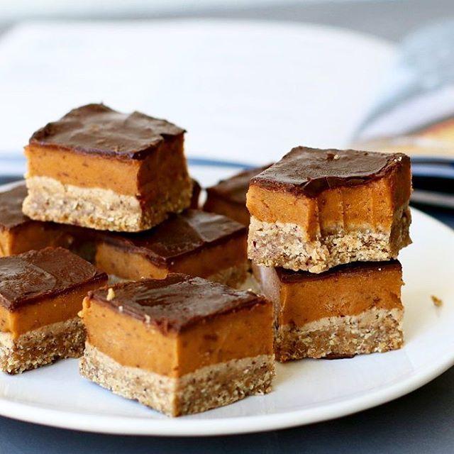 Zachte chocolade, zoete karamel en een lekker zanddeeg. Hou op met me. Dit recept voor vegan twix shortbread schreeuwt jouw naam!