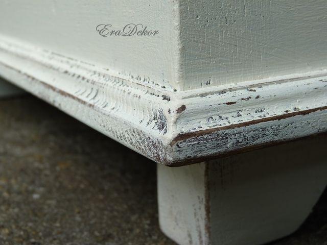 Provence-i stílus, vidéki hangulat. Kanapé melletti asztalként is használható antikolt fehér kincsesláda. Fotó azonosító: PROVSZIV6