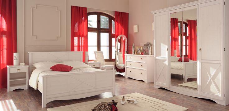 Stilul rustic alb cu linii curbate, traditionale, reinterpretate modern dau un aer romantic interiorului #kikaromania #decoratiuni #dormitor #romantic #rosu #accesorii #pat #lemn #alb #perdele #rustic