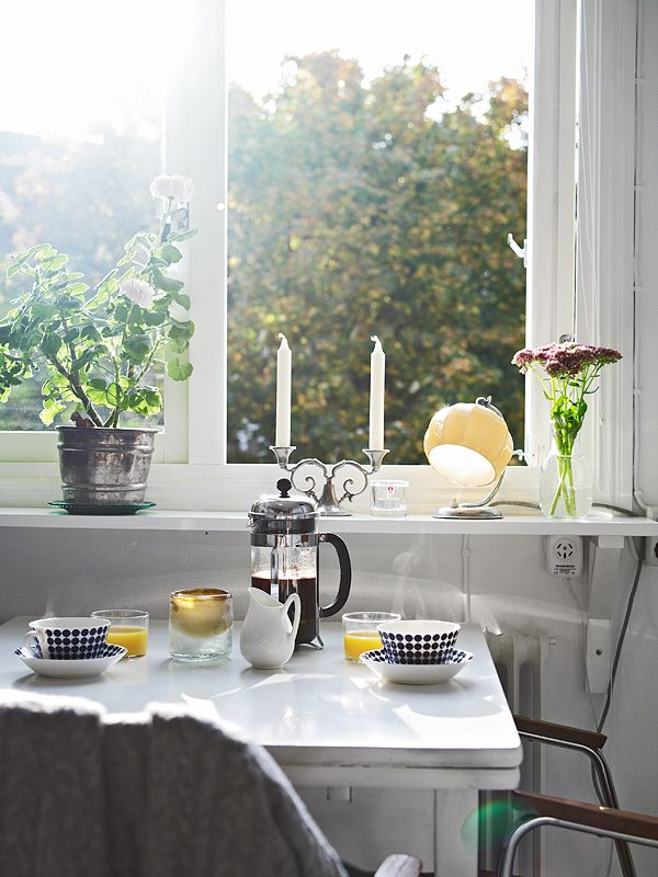 -: Sunny Breakfast, Breakfast Nooks, Small Kitchens, Mornings Coffee, Coffee Candles, Coffee Cups, Coffee Time, Coff Breakfast Apartment, Breakfast Tables