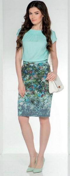 Бирюзовая блузка, синяя юбка, белая сумка, зеленые туфли